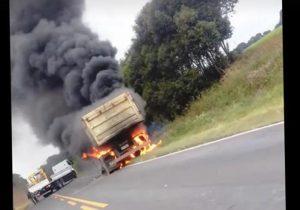 Caminhão pega fogo e motorista fica ferido levemente
