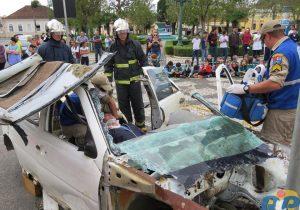 Simulação de resgate da vitima em uma colisão no trânsito