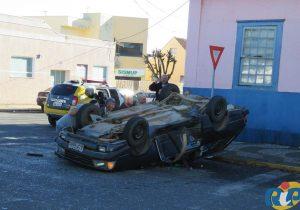 Três veículos envolvidos no acidente – um deles capotou