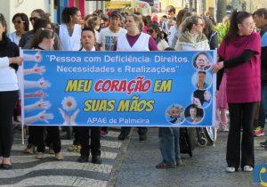Alunos da APAE participam de caminhada na Rua Conceição.
