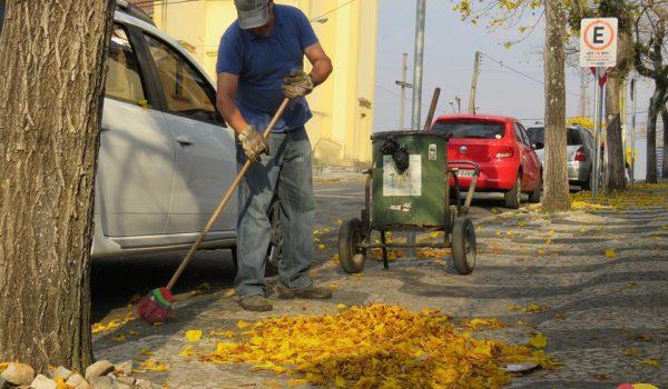 """Trabalhador diz que """"esse lixo é bom de varrer"""""""