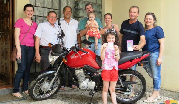 Restaurador da Matriz ganha moto na rifa da Paróquia
