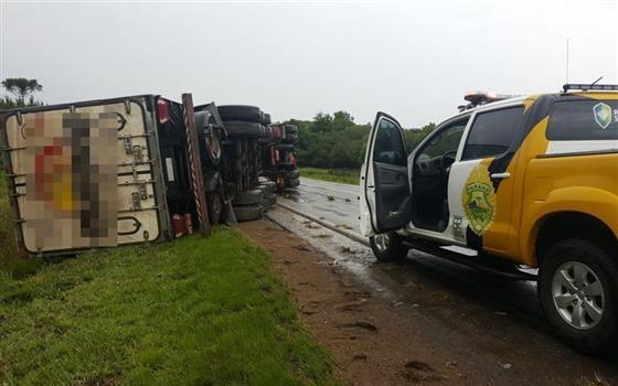 Caminhão tomba na PR 151 entre Palmeira e Ponta Grossa