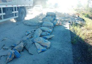 Carga de cimento cai sobre a BR 277 em Palmeira e deixa pista interditada