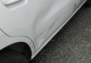 Motorista bate em carro do Lar Acelino e foge