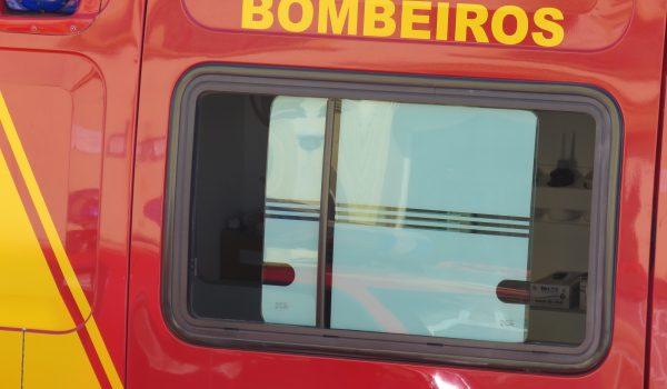 Bombeiros atendem ocorrência de queda de veículo
