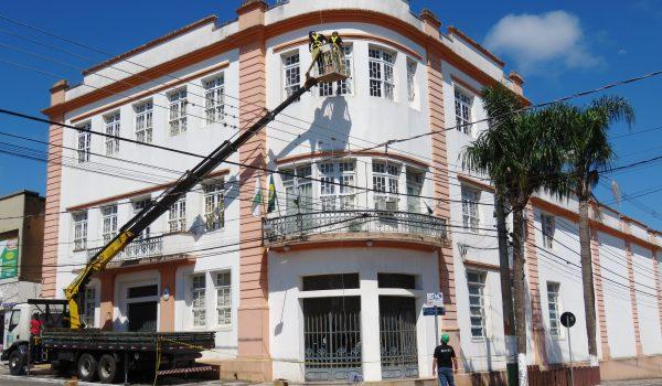 Prefeitura, Igreja Matriz e praça recebem luzes de natal
