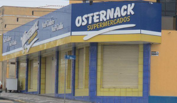Ladrões armados levam dinheiro e cheques do cofre do supermercado