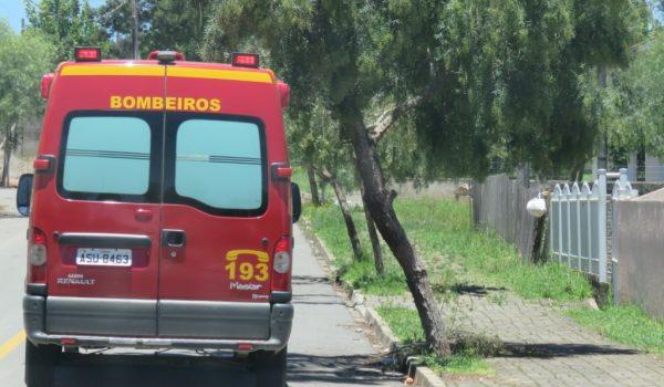 Corpo de Bombeiros atende acidente entre motocicleta e retroescavadeira na Vila Rosa