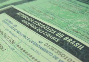 Documentos de licenciamento de veículos disponíveis no posto do Detran de Palmeira