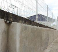 a Secretaria optou por cobrir o muro de arrimo com cimento, não deixando brecha para os animais peçonhentos