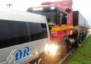 Van é atingida por caminhão na BR 376, em Ponta Grossa