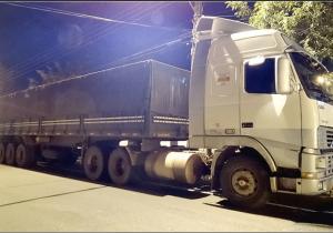 Polícia Militar recupera caminhão roubado e realiza apreensão de cigarros contrabandeados