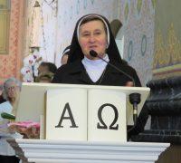 Emocionada, Irmã Beatriz faz seus agradecimentos.