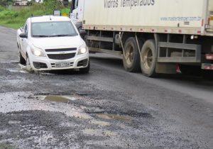 Valas na PR 151 dificultam o trânsito da rodovia em Palmeira