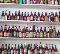 Em sua sala de degustação é possível conhecer uma coleção de copos e garrafas da bebida alemã de diversos lugares do mundo