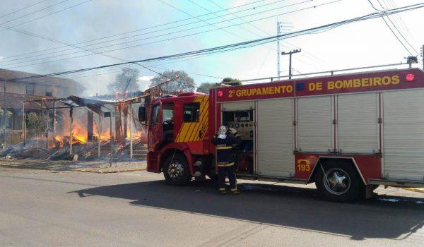 Construção fica completamente destruída pelo fogo