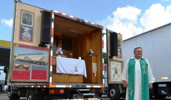 Padre com caminhão-capela celebrará missa em Palmeira