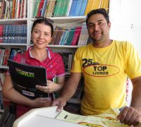 O motorista do caminhão e atendente da feira, Alysson Cipriano, espera comercializar um grande número de livros em Palmeira.