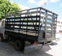 Faz 15 dias que o caminhão está parado no estacionamento do restaurante.