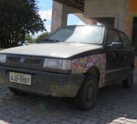 Segundo populares o carro está estacionado há pelo menos dois meses.