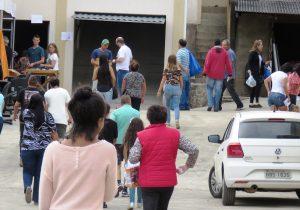 Bazar de variedades da paróquia continua até 16 horas deste sábado