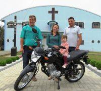 Comunidade entrega a moto da rifa a ganhadora.