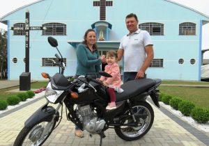 Comunidade entrega a moto da rifa à ganhadora
