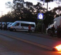 Motoristas e proprietários de vans paralisam atividades na PR 151, saída para Ponta Grossa.
