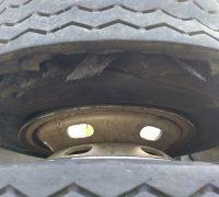 De acordo com a PRF os dois pneus direitos do eixo traseiro estouraram ocasionando o tombamento
