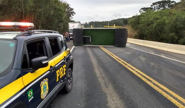 Após pneus estourarem, caminhão tomba na BR 277