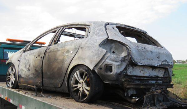 Carro furtado em Curitiba é queimado em bairro de Palmeira