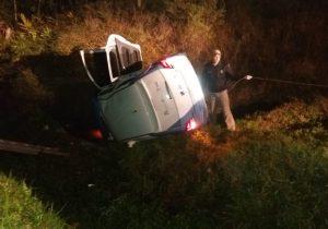 Veículo que transportava pacientes para Curitiba capota em Palmeira