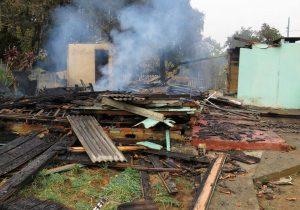 Casa no Jardim Cristine é devastada pelo fogo