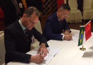Prefeito Edir assina contrato com chineses para investimento em usinas fotovoltaicas em Palmeira