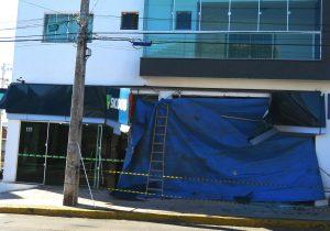 Caminhão desgovernado colide contra agência Sicoob em Palmeira