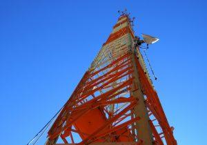 Bombeiros socorrem jovem que caiu de torre de telecomunicações