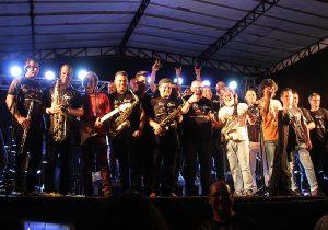 Orquestra Municipal de Palmeira e Banda Blindagem dividem o palco em apresentação na Praça