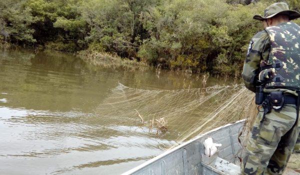 Polícia Ambiental realiza patrulha e encontra 363 metros de redes em lagoa da Vila Palmira