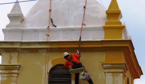 As paredes começam receber a tinta com a cor que remete a história da Igreja Matriz