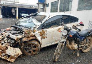 Dois casais assaltam mulher, capotam o carro durante a fuga e abandonam moto adulterada