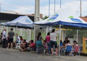 Pais fazem acampamento em frente ao CMEI Sebastião Sanson para vaga no período da tarde