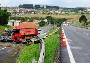 Caminhoneiro evita colisão em automóvel, mas acaba fora da pista