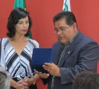 Durante a solenidade, Carla Kapp, primeira vítima atendida pelo Corpo de Bombeiros  do município entregou uma placa de agradecimento que ficará na guarnição de Palmeira