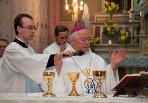 Dom Celso Marchiori comenta a transformação da paróquia através do restauro