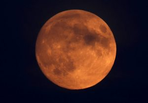 Eclipse enfeita céu de domingo para segunda