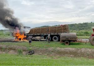 Bombeiros atendem incêndio de caminhão na PR 151