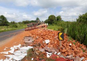 Caminhão carregado de tijolos tomba próximo ao Rio Caniú
