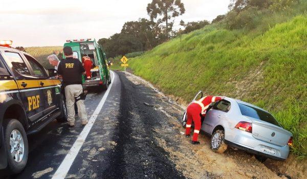 Veículo com placa de Palmeira se envolve em colisão na BR 277