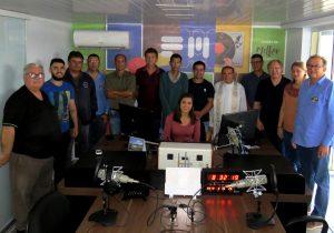 Diretores e funcionários comemoram a inauguração da Ipiranga FM